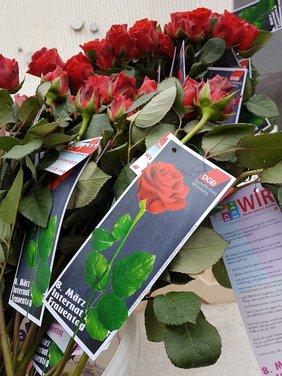 Brot und 300 fair gehandelte Rosen wurden verteilt