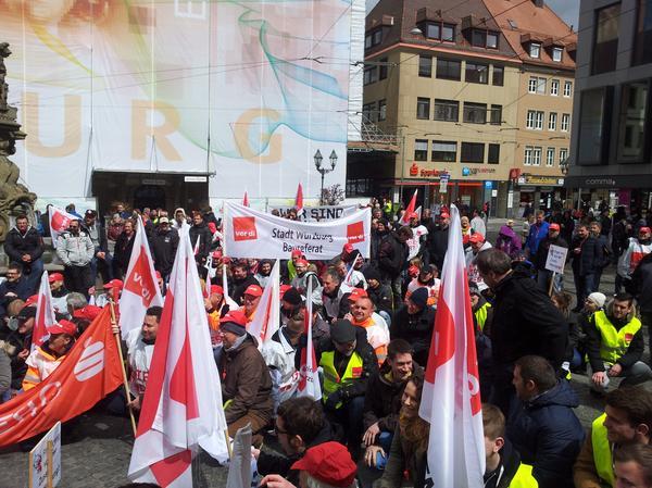 """Streik in Würzburg. ver.di Bezirksgeschäftsführer Gerald Burkard war beeindruckt von der Teilnahme. """"Mit einem derartig hohen Zuspruch haben wir nicht gerechnet, uns zeigt das die hohe Akzeptanz unserer Forderung""""."""
