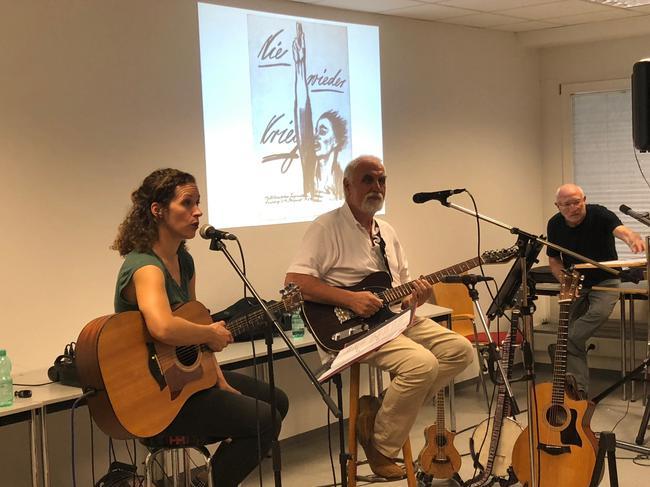 . Liedermacherin Maren Sequens sang dabei im Duett mit Reiner Frankl Lieder zum Thema Krieg und Frieden. Martin Hahn, der im Heimat- und Geschichtsvereins Schöllkrippen wirkt, las Lyrik und Prosa.