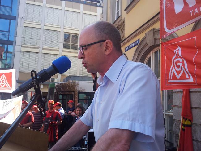 DGB Regionsgeschäftsführer Frank Firsching während seiner Rede in Würzburg.