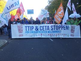 Eines der beiden Fronttransparente. 16 Busse waren es, in denen sich rund 700 Kolleginnen und Kollegen aus Unterfranken am vergangenen Samstag Richtung Berlin auf den Weg machten, um an der Großdemonstration gegen das Freihandelsabkommen TTIP teilzunehmen.