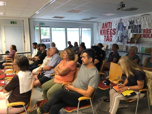 """Der DGB Aschaffenburg organisierte in Kooperation mit den Aschaffenburger Friedenstrommlern, ATTAC, der Katholischen Arbeitnehmerbewegung (KAB) und Halkevi """"Lieder und Lesung"""" zum Antikriegstag."""