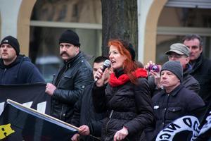 Sigrid Schüßler aus Aschaffenburg bei einer Rede in Ende Januar 2016 in Bamberg. Schüßler ist lange in der Szene aktiv, war zum Beispiel Vorsitzende des RNF (Ring Nationaler Frauen) und Spitzenkandidatin der bayerischen NPD. Sie unterhält enge Beziehungen in die Neonaziszene und tritt als Rednerin bei Naziveranstaltungen auf.