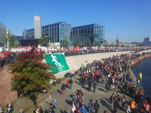 Menschenmengen drängten sich bereits beim Demo-Auftakt am Berliner Hauptbahnhof und am Spreeufer