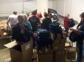 """Am Montag bepacken viele fleißige Hände rund 550 Rücksäcke mit Hygieneartikeln. Die Hilfsaktion steht unter dem Motto: """"Mitmenschlichkeit, Respekt und Solidarität"""". Die Gewerkschaften reihen sich damit in den Kreis der vielen ehrenamtlichen Helferinnen und Helfer in Würzburg ein, ohne die eine Erstversorgung der Menschen, die bei uns Schutz suchen, nicht möglich wäre!"""