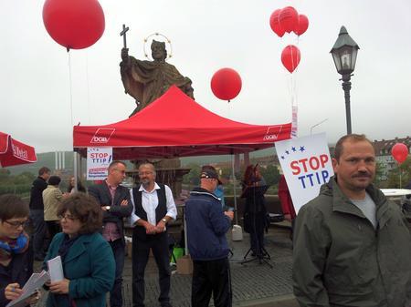 Dass Sigmar Gabriel auf einmal so entschieden gegen CETA vorgeht, ist auch dem Druck der SPD-Basis, der Gewerkschaften und der großartigen campact Kampagne zu verdanken. Links im Bild die frischgebackene stellvertretende Vorsitzende der SPD in Würzburg, Laura Wallner, die die Aktionen auf der alten Mainbrücke tatkräftig unterstützte.