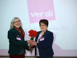 Karin Dauer (links), die Kreisvorsitzende des DGB Kreisverbandes Würzburg lobte während eines Grußwortes die ausgeschiedene Vorsitzende Elvira Ma-Lipp.