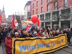 Würzburg ist bunt mobilisierte am 14. März 2015 rund 8.000 Menschen zu einem starken Zeichen gegen Rechts. Junge Leute stehen nun im Fokus der Ermittler, weil sie mit Mitteln des zivilen ungehorsams versuchten Nazis daran zu hinder, am 15. März 2015 in Würzburg aufzumarschieren.