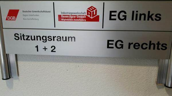 Links geht es zum DGB Büro Aschaffenburg und zur IGBAU, rechts in den Sitzungssaal der IG Metall und der IGBCE