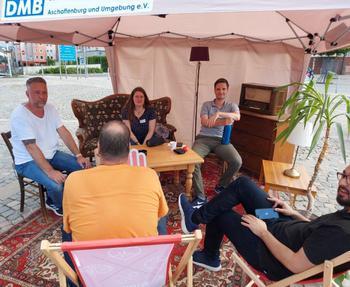 Der DGB Aschaffenburg hat unter dem Motto Solidarisch ist man nicht alleine den mittlerweile dritten Aktionstag Beratung auf dem Aschaffenburger Schlossplatz organisiert. Insgesamt 15 Zelte mit Miet-, Sozial-, Berufs- und Arbeitsrechtsberatung wurden aufgebaut. Ein tolles Netzwerk zeigt sich und hilft.