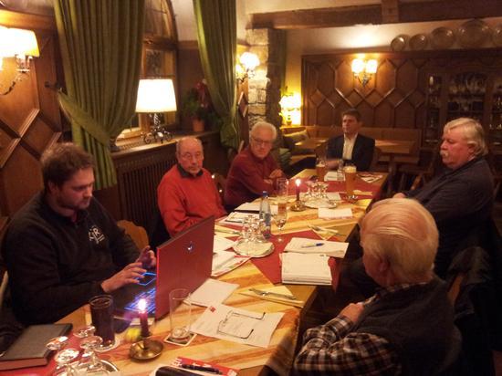 Bevor DGB Kreisvorsitzender Sebastian Braun (links) die Situation der Flüchtlingsunterbringung im Landkreis Kitzingen mit aktuellen Zahlen beleuchtete, hielt der Gewerkschafter einen Rückblick auf die Aktivitäten im vergangenen Jahr