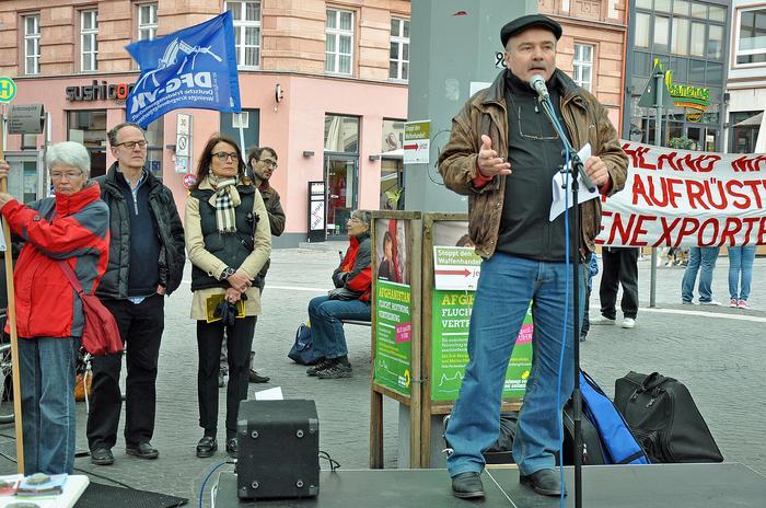 """Thomas Rödl, der Sprecher der DFG-VK in Bayern sagte während seiner Rede: """"Wir wollen die allgemeine und vollständige Abrüstung, denn es wird erst dann mit Sicherheit keinen Krieg mehr geben, wenn es keine Mittel der Kriegführung mehr gibt."""""""