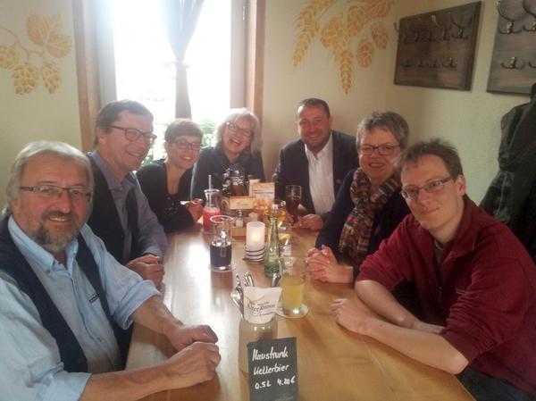 Maivorabend in Würzburg. Wir sitzen mit Marlis Tepe, Laura Wallner, Karin Dauer, Jörg Nellen, Helmut Radler und Daniel Schneider im Alten Kranen zusammen, um letzte Absprachen zum 1. Mai zu treffen.