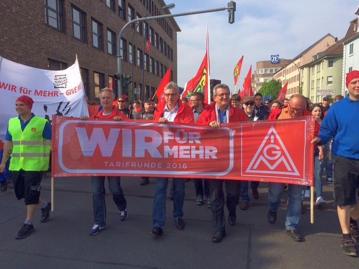 """Der bayrische Verhandlungsführer der IG Metall, Jürgen Wechsler, forderte die Unternehmer bei der Warnstreikkundgebung vor 5.500 Beschäftigten in Schweinfurt unmissverständlich auf """"aus ihren Schützengräben"""" zu kommen, um eine Einigung im Tarifkonflikt der Metall- und Elektroindustrie herbeizuführen."""