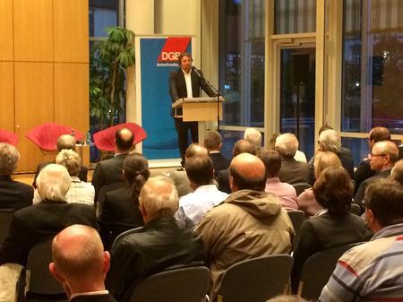 DGB Regionssekretär Björn Wortmann konnte rund 70 Gäste auf dem DGB Forum begrüßen und freute sich über die zahlreichen Beiträge aus dem Publikum, die zu einer regen Diskussion auf dem Podium führten.