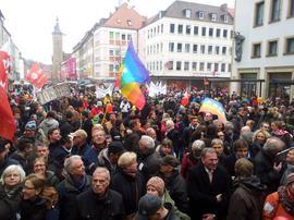 """Mehrere Tausend Menschen beteiligten sich am Samstag an einer Demonstration des Bündnisses """"Würzburg ist bunt"""". Im Demonstrationszug und während der Kundgebung am Domplatz gab es einen starken gewerkschaftlichen Block. Die Würzburger Gewerkschaften waren mit Fahnen, Transparenten und selbstgestalteten Plakaten beteiligt."""