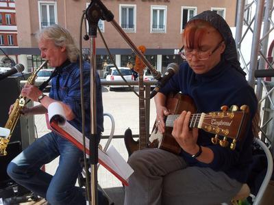 Im Rahmenprogramm waren Songs der DGB Band zu hören. An zahlreichen Infoständen konnten sich die Kundgebungsteilnehmer informierten und nach den Maireden blieben viele Kolleginnen und Kollegen noch zum Frühschoppen am Unteren Markt.