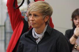 """Zur erneuten Schildanbringung konnten die IG Metall Vertrauensleute, Sandra Minnert, ehemalige Bundesligaspielerin, sowie mehrmalige Welt- und Europameisterin im Frauenfußball und Botschafterin der Initiative -""""Respekt"""" Kein Platz für Rassismus-, als Gast gewinnen."""