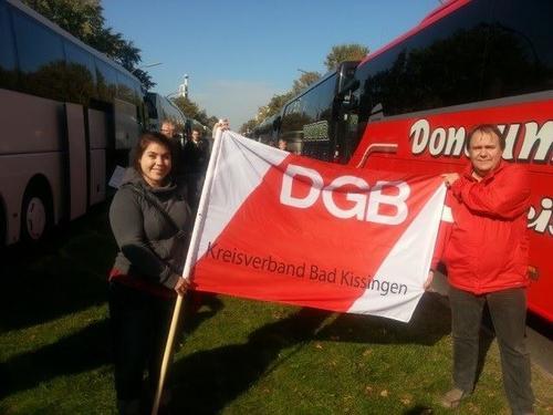 Am Bus aus Bad Kissingen. Die Fahne des DGB Kreisverbandes mit dem Kreisvorsitzendem Gerhart Klamet