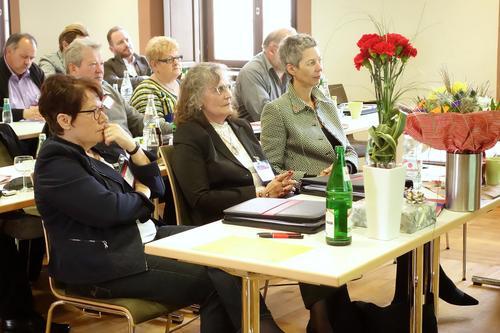 Gertrud Hirler (vorne mitte) heißt die neue ehrenamtliche Vorsitzende des ver.di Bezirkes Würzburg-Aschaffenburg. Rechts Bayerns ver.di Vorsitzende Luise Klemens.