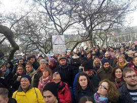 Hunderte Demokraten waren am 15. März 2015 in Würzburg im Bahnhofsviertel unterwegs, um sich dem Aufmarsch einer handvoll gewaltbereiter Neonazis in den Weg zu stellen. Unter ihnen zahlreiche junge Nazigegner, die mittlerweile vom Würzburger Bahnhofsmanagement mit Anzeigen überzogen wurden, weil sich mit einer friedlichen Blockade seinerzeit verhindern wollten, dass Nazis im Bahnhofsviertel ihre Menschenverachtung auf die Straße tragen