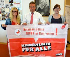 von links: Katja Ertl, MdB Klaus Ernst, Julia Römer