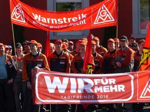 In Kitzingen beteiligten sich am Montag mindestens 350 Kolleginnen und Kollegen am IG Metall Warnstreik