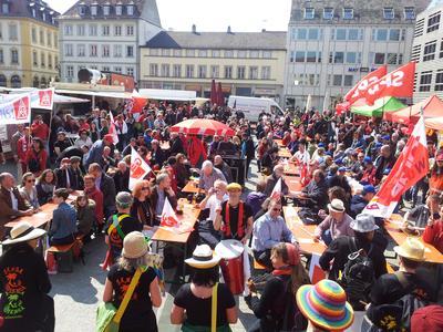 900 Kolleginnen und Kollegen folgten dem DGB Aufruf in Würzburg, zogen in einem bunten Demonstrationszug zum Unteren Markt, wo die Maikundgebung der Gewerkschaften stattfand.