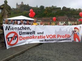 Unterstützer des DGB Kreisverbandes Würzburg waren mit einem mobilen Transparent gut sichtbar in der Stadt unterwegs und haben von der alten Mainbrücke ausgehend in Richtung Dom bis hin zur Residenz klar gemacht: Stoppt TTIP - Menschen, Umwelt und Demokratie vor Profit und Konzerninteressen!