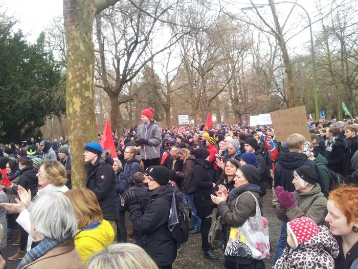 """2.500 Menschen gingen vergangenen Samstag in Würzburg gegen einen Aufmarsch der Neonazipartei """"III. Weg"""" auf die Straße. Unter dem Motto """"Würzburg lebt Respekt"""" folgten Sie einem Aufruf von Gewerkschaften, Parteien, kirchlichen und zivilen Organisationen. Die Zahl der Demoteilnehmer lag weit über den Erwartungen der Veranstalter. Dagegen zählte der von einem starken Polizeiaufgebot abgeschirmte Neonazisaufmarsch durch die Stadtmitte gut 150 Teilnehmer. Demoorganisator Frank Kempe freute sich über den großen Zuspruch beim Gegenprotest."""