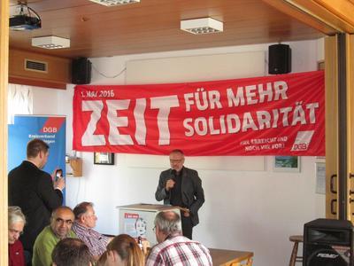 """Walther Mann, Kitzinger Festredner und 1. Bevollmächtigter der IG Metall Würzburg unterstrich in seiner Rede: """"Wir feiern heute den 1. Mai als """"unseren Tag der Arbeit. Dieser Tag ist der Tag der Arbeitnehmer, der Arbeiter, der Angestellten, der Auszubildenden aber auch der Tag ihrer Familien!"""